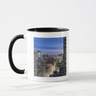 Mug Vue aérienne des bâtiments le long de la rue
