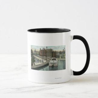Mug Vue des bateaux de canal allant au-dessus de