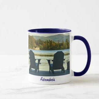 Mug Vue des chaises d'Adirondack dans l'Adirondacks,