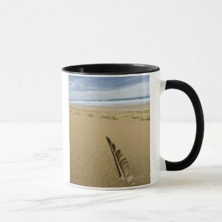 Mug Vue en gros plan de plume d'oiseau en sable de