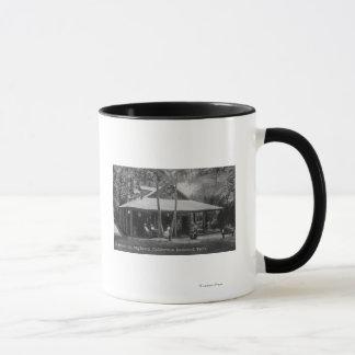 Mug Vue extérieure d'auberge de séquoia