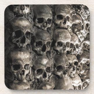 Mur complètement des crânes et des os dans la sous-bocks