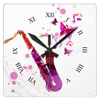 Musique mignonne et papillons de saxophone horloge carrée