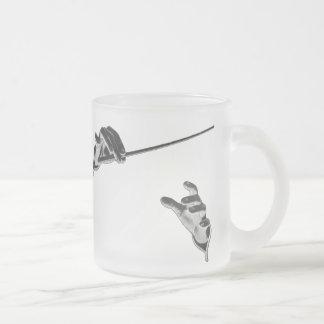 Musique vintage, les mains du conducteur avec un mug en verre givré