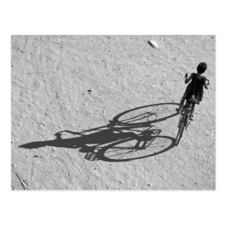 Myamar, Bagan, jeune garçon montant un vélo énorme Carte Postale