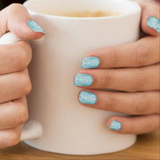 Nail art motif baroque blanc et bleu-turquoise