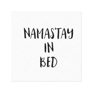 Namas'tay dans des copies de toile de lit