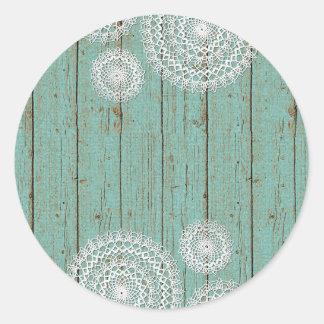 Napperons rustiques de crochet sur le bois de sticker rond