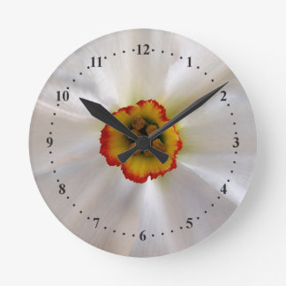 narcisse de blanc de perle horloge ronde