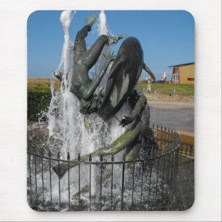 Natation avec la fontaine de dauphins tapis de souris