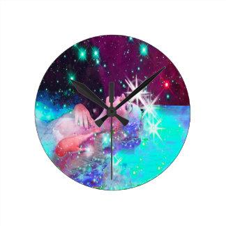 Natation dans un rêve cosmique horloge ronde