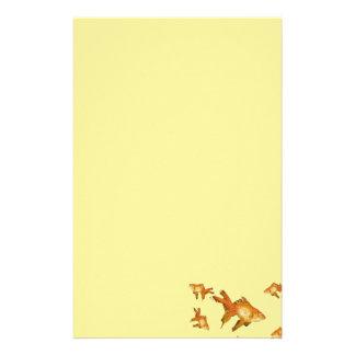 natation de fantaisie de poisson rouge d'or dans papiers à lettres