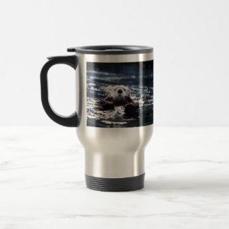 Natation de loutre de mer mug de voyage