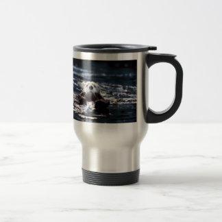 Natation de loutre de mer mug à café