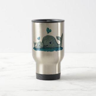 Natation de maman et de bébé de baleine en mer mug de voyage