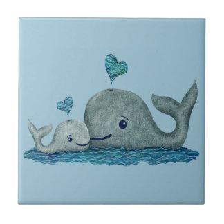 Natation de maman et de bébé de baleine en mer petit carreau carré