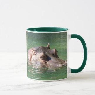 Natation d'hippopotame sur la surface mug