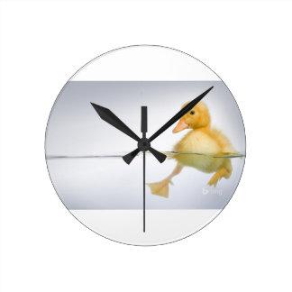 Natation jaune de caneton horloge ronde