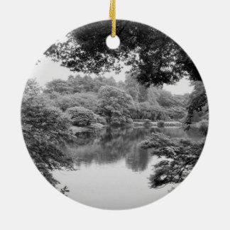 Nature et lac noirs et blancs, frais, uniques ornement rond en céramique