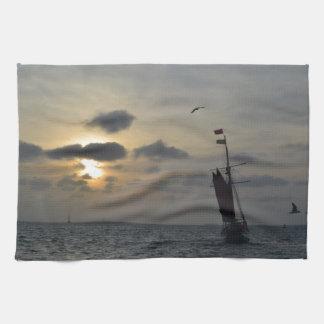 Navigation dans le coucher du soleil linge de cuisine