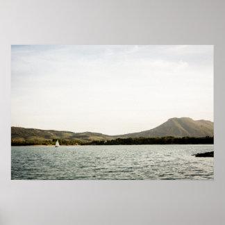 Navigation de petit bateau sur un lac à poster