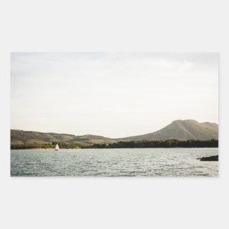 Navigation de petit bateau sur un lac à sticker rectangulaire