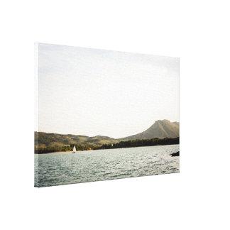 Navigation de petit bateau sur un lac à toile