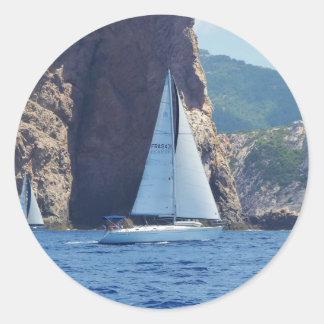 Navigation le long de la côte de la Sardaigne Adhésif Rond