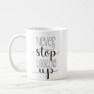 Ne cessez jamais de rechercher la tasse Main-En