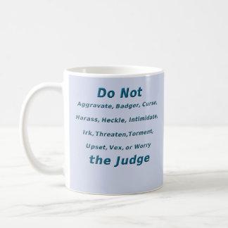 Ne contrariez pas le juge mug