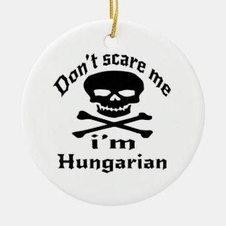 Ne m'effrayez pas que je suis hongrois ornement rond en céramique
