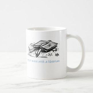 Ne salissez jamais avec un bibliothécaire mug