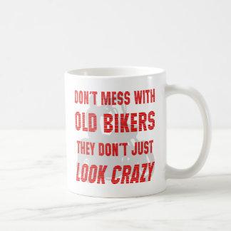 Ne salissez pas avec de vieux cyclistes qu'ils ne  tasses à café