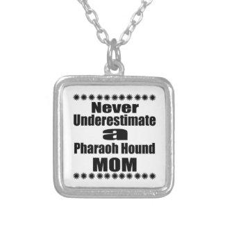 Ne sous-estimez jamais la maman de chien de pendentif carré