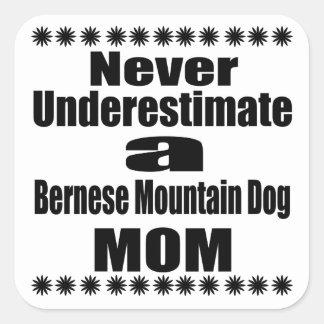 Ne sous-estimez jamais la maman de chien de sticker carré