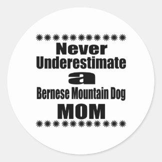Ne sous-estimez jamais la maman de chien de sticker rond