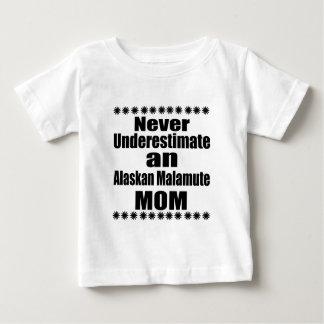 Ne sous-estimez jamais la maman de Malamute T-shirt Pour Bébé