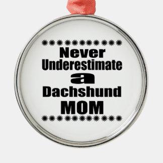 Ne sous-estimez jamais la maman de teckel ornement rond argenté