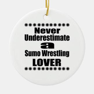 Ne sous-estimez jamais l'amant de lutte de sumo ornement rond en céramique
