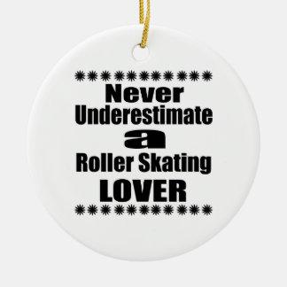Ne sous-estimez jamais l'amant de patinage de ornement rond en céramique