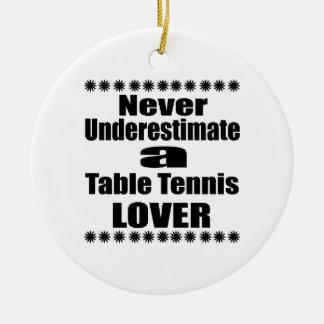 Ne sous-estimez jamais l'amant de ping-pong ornement rond en céramique
