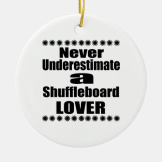 Ne sous-estimez jamais l'amant de Shuffleboard Ornement Rond En Céramique