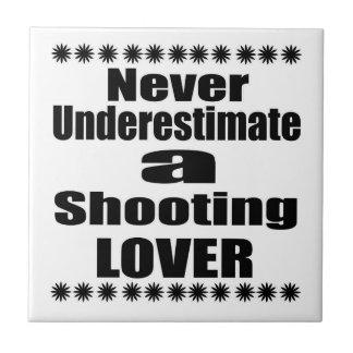 Ne sous-estimez jamais l'amant de tir carreau