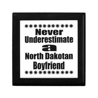 Ne sous-estimez jamais l'ami Dakotan du nord Petite Boîte À Bijoux Carrée