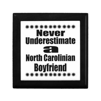 Ne sous-estimez jamais l'ami de Carolinian du nord Petite Boîte À Bijoux Carrée