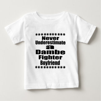 Ne sous-estimez jamais l'ami de combattant de t-shirt pour bébé