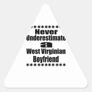 Ne sous-estimez jamais l'ami de Virginian Sticker Triangulaire