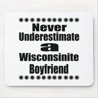 Ne sous-estimez jamais l'ami de Wisconsinite Tapis De Souris