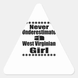 Ne sous-estimez jamais l'amie de Virginian Sticker Triangulaire