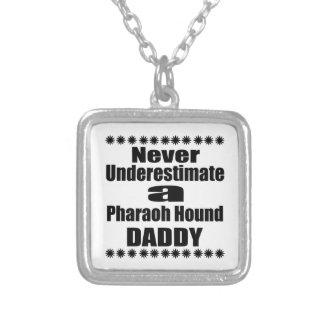 Ne sous-estimez jamais le papa de chien de pharaon pendentif carré
